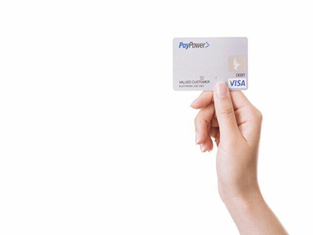 クレジットカードを持つ人