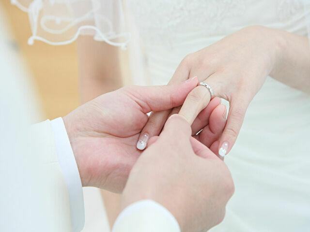結婚指輪をつける人