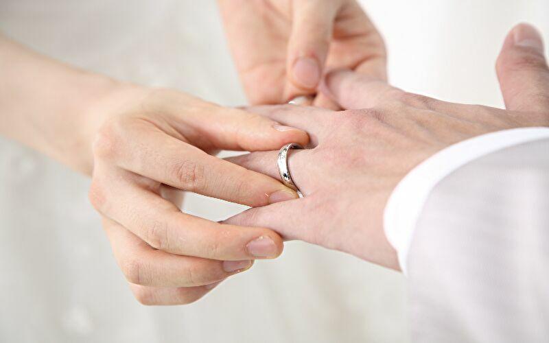 結婚指輪をつけている画像